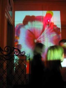 Respirer des couleurs habille le hall de cet hôtel particulier lors de l'inaguration du lieu le 18 Mars 2004.